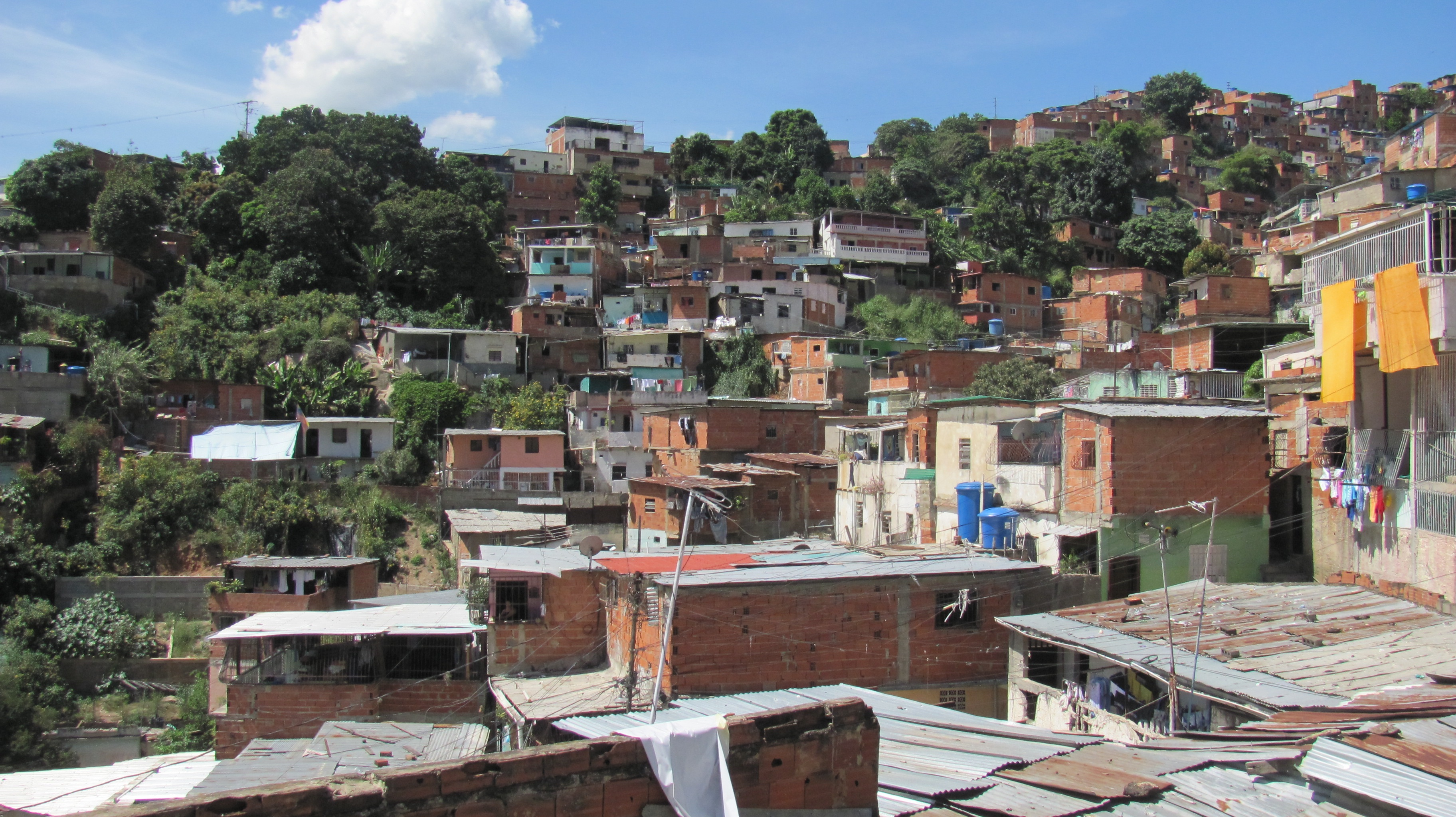 Providing water to Caracas's hillside barrios such as Antímano is no easy feat. Photo: Rebecca McMillan